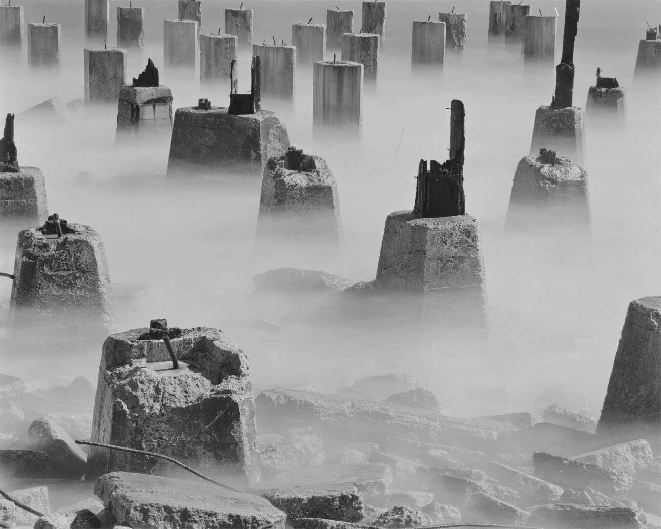 «Οι πυλώνες», 1958. «Η φωτογραφία μου είναι ο καλύτερος τρόπος που ξέρω για να με φέρει πιο κοντά σε μερικά από τα μυστήρια της ύπαρξης. Το να δημιουργήσω μια καλή εικόνα είναι μέρος της αναζήτησης μου»