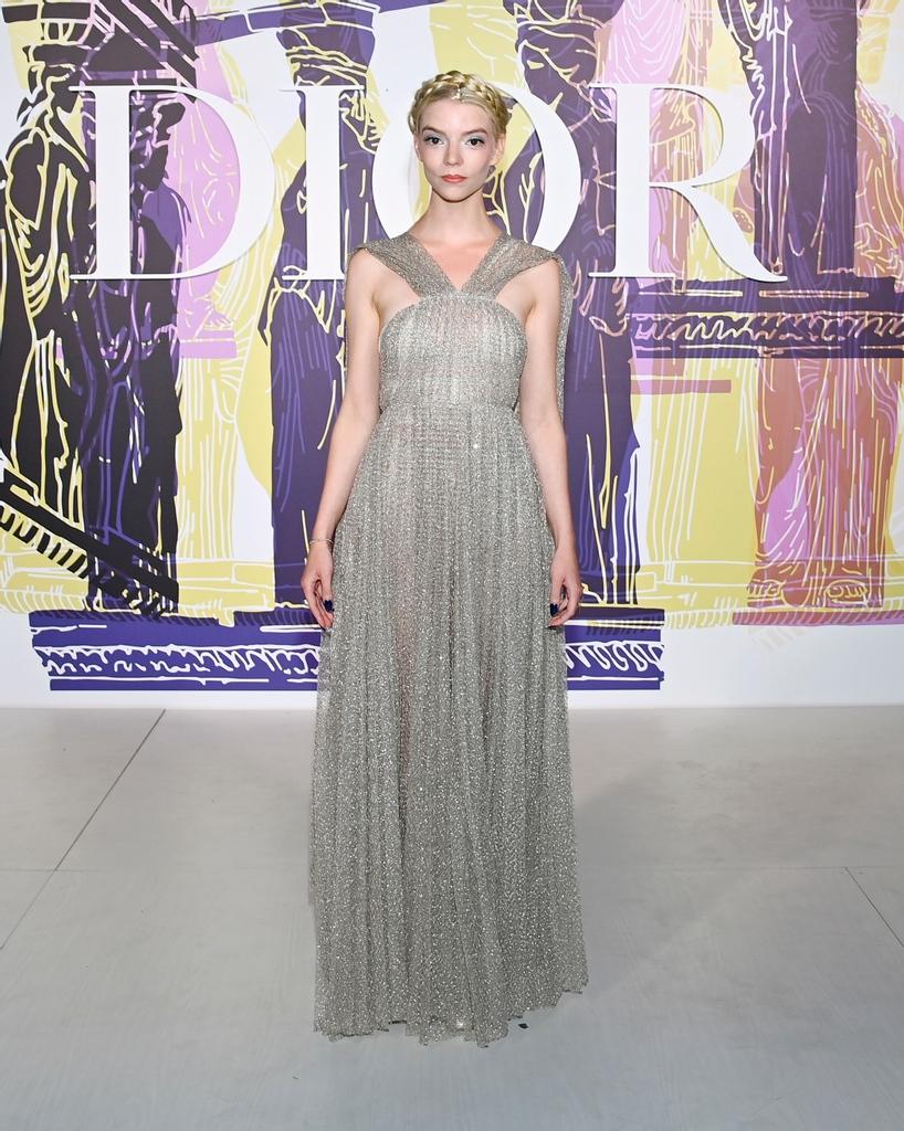 Η ηθοποιός Ανια Τέιλορ-Τζόι, πρωταγωνίστρια του «Queen's Gambit» στην Αθήνα για το σόου του φημισμένου γαλλικού οίκου μόδας