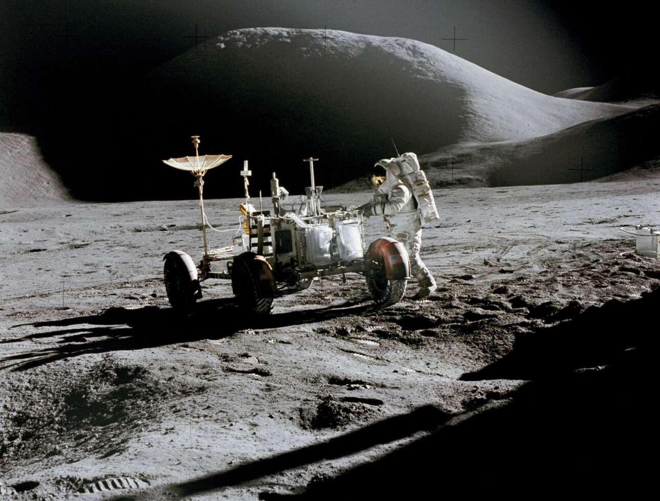 Η NASA γιορτάζει την 50ή επέτειο της αποστολής Apollo 15 στο φεγγάρι, η οποία ξεκίνησε στις 26 Ιουλίου 1971. Σε αυτό το ιστορικό καρέ της 31ης Ιουλίου 1971 βλέπετε τον αστροναύτη Τζέιμς Ιργουιν δίπλα στο σεληνιακό όχημα