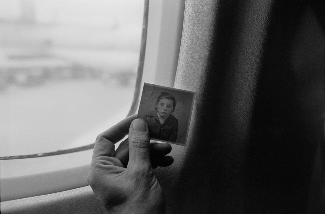 «Ποια είμαι πραγματικά;», βραβείο «Black & White Travel Series of the Year 2021». Κοιτάζοντας τη φωτογραφία που είχε τοποθετηθεί σε προσφυγική ταυτότητα περίπου το 1946, κατά τη διάρκεια ταξιδιού της φωτογράφου με το τρένο στην μετακομμουνιστική Ανατολική Ευρώπη