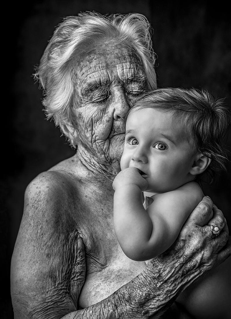 «Γενιά», βραβείο «Black & White People Photo of the Year 2021», Η ζωή αποτελείται από διάφορους κύκλους... Το πιο σημαντικό είναι να έχουμε πάντα αγάπη. Γιατί είναι η αγάπη που μας ενώνει, λέει η φωτογράφος η οποία από το 2013 έχει αφιερωθεί στη φωτογράφηση ηλικιωμένων ατόμων, που ζουν σε άσυλα