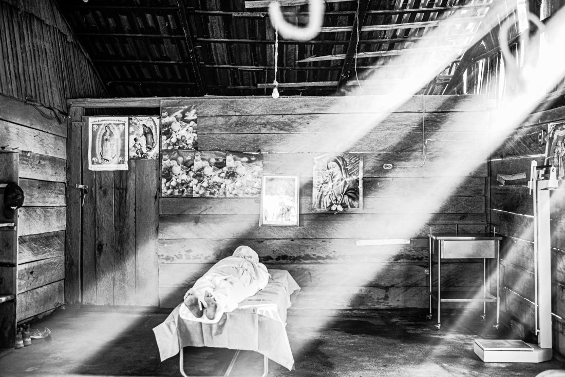 «Εγκατάλειψη και θάνατος αγρότη από Covid-19», βραβείο «Black & White Photojournalism Photo of the Year 2021». Τεκμηρίωση μιας κατάστασης έκτακτης ανάγκης σε μια αγροτική καλύβα, που χρησιμοποιείται σαν θάλαμος Covid-19: φάρμακα, εξοπλισμός και γιατροί απουσιάζουν, οι εικόνες αγίων στους τοίχους είναι μια επίκληση να κάνουν το θαύμα τους