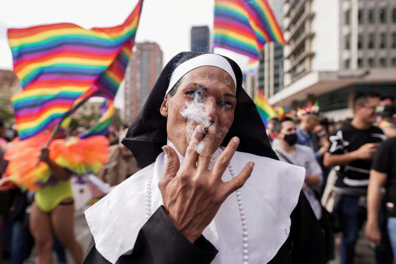 Μπογκοτά. Με τη βοήθεια του Θεού, είπε αυτή η κολομβιανή καλόγρια, συναθροιστήκαμε όλοι ενθάδε για το LGBT+ Pride μας