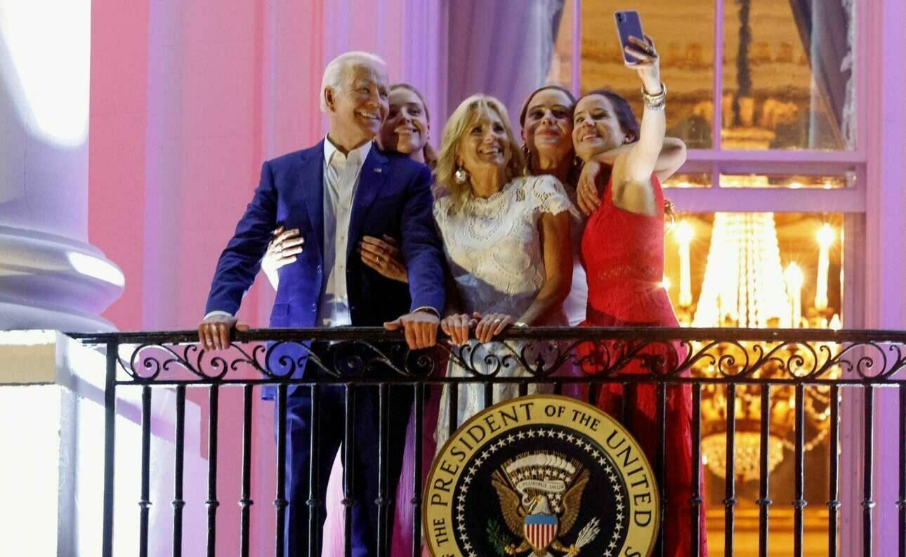 Εορταστικό και πολύχρωμο καρέ από τον Λευκό Οίκο. Αφορά την εφετινή εθνική γιορτή των ΗΠΑ και δείχνει το προεδρικό ζεύγος Τζιλ και Τζο Μπάιντεν, την κόρη τους Ασλεϊ και τις εγγονές τους Φίνεγκαν και Ναόμι. Ολοι τους χαμογελούν