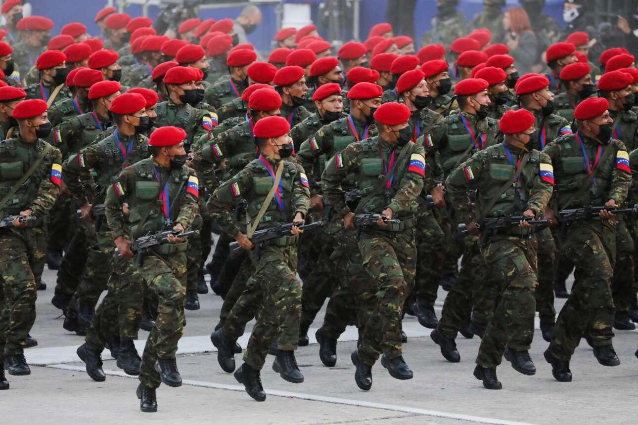 Σχεδόν χορευτικό το στιγμιότυπο από τη στρατιωτική παρέλαση που έγινε στο Καράκας - η Βενεζουέλα γιόρτασε την 210η επέτειο της ανεξαρτησίας της στις 5 Ιουλίου
