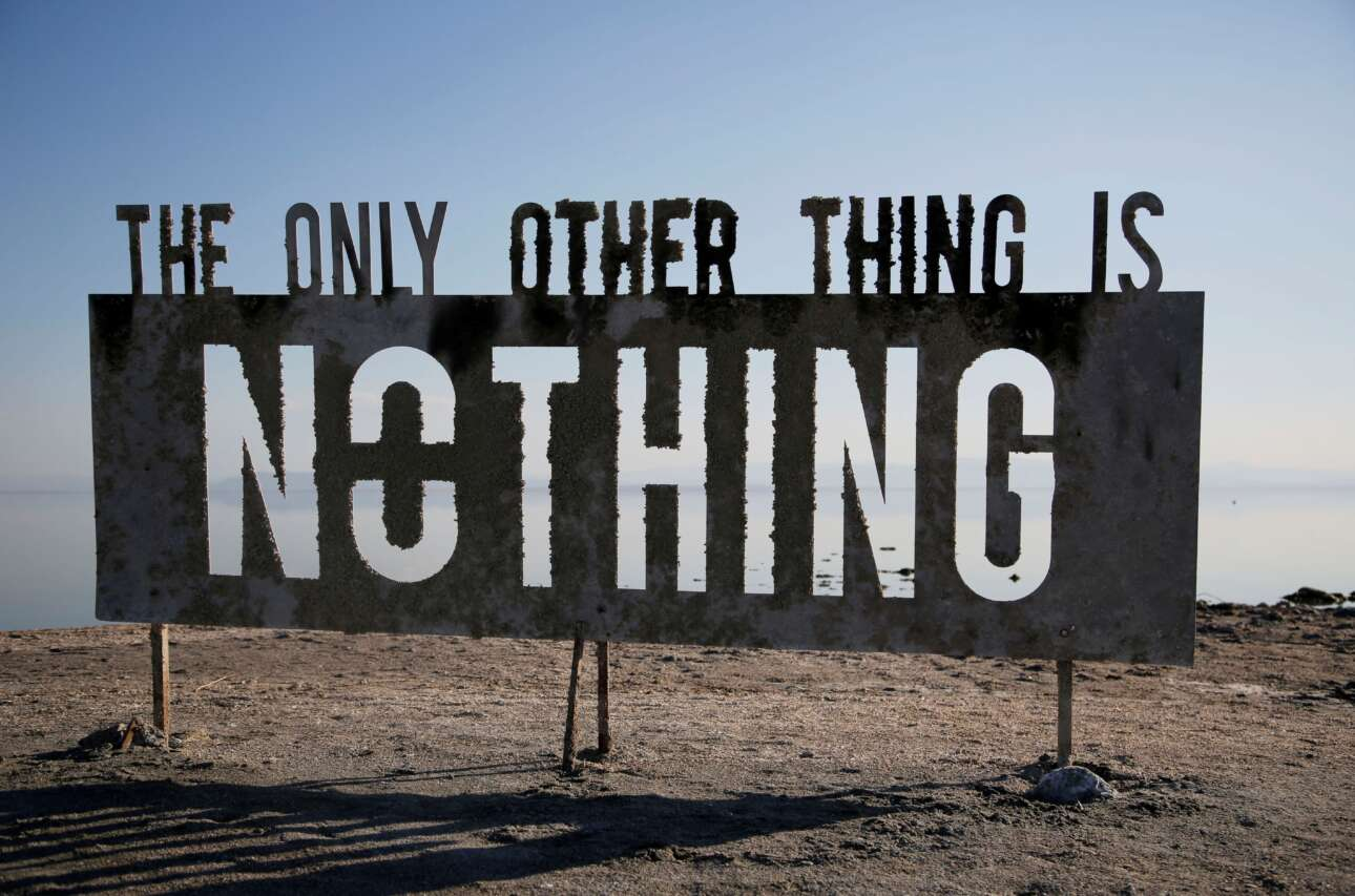 «Το μόνο άλλο πράγμα είναι το τίποτα»: Πολύς και βαρύς τόσος μηδενισμός για ντάλα καλοκαίρι στην Καλιφόρνια, ωστόσο υπάρχει εξήγηση. Η επιγραφή που κρύβει τη θέα ανήκει στο εικαστικό είδος «εγκατάσταση»