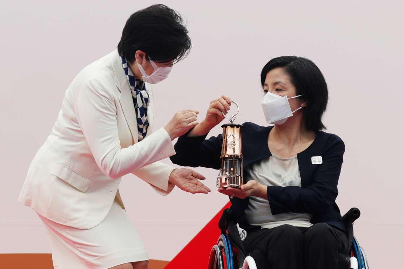 Η κυβερνήτης του Τόκιο Γιουρίκο Κόικε παρέλαβε την Ολυμπιακή Φλόγα μέσα σε φαναράκι από τα χέρια της παραολυμπιονίκη σκοπεύτριας Ακι Ταγκούτσι. Εξαιτίας της πανδημίας η τελετή δεν είχε κόσμο, όπως δεν θα έχουν και οι Αγώνες