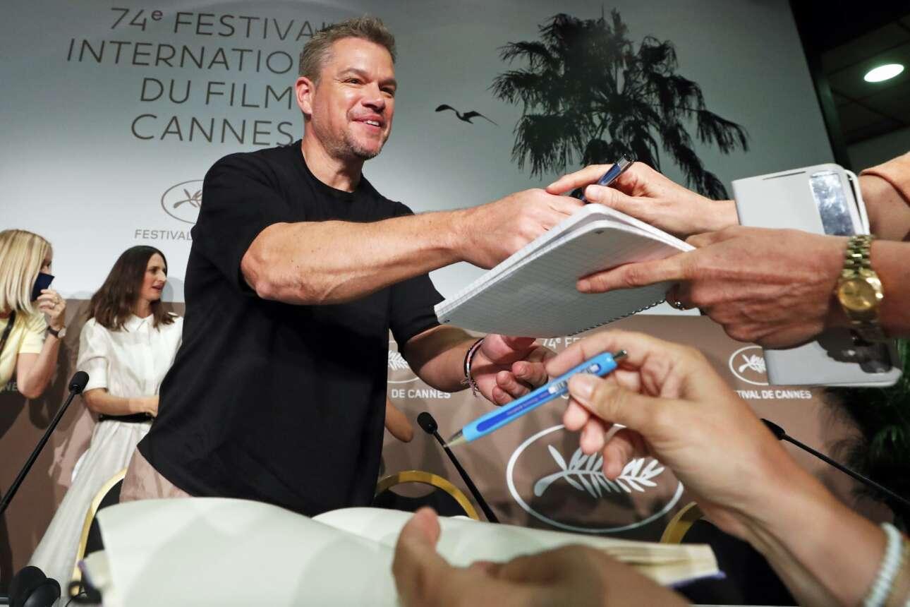 Καταδεκτικός ο χολιγουντιανός σταρ Ματ Ντέιμον, δεν κουράστηκε να υπογράφει αυτόγραφα στις Κάννες, εκεί όπου διεξάγεται το 74ο Φεστιβάλ Κινηματογράφου