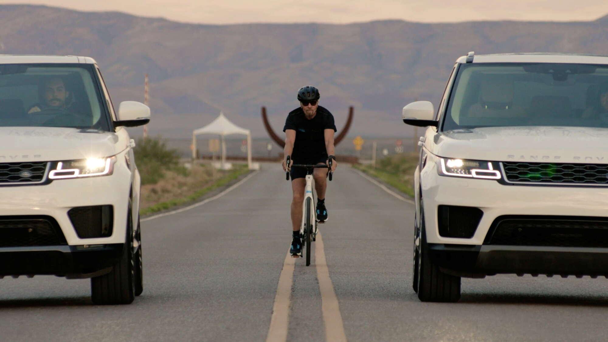 Ο Ρίτσαρντ Μπράνσον φτάνει με ποδήλατο στο σημείο στο Διαστημοδρόμιο του Νέου Μεξικού για την απογείωση