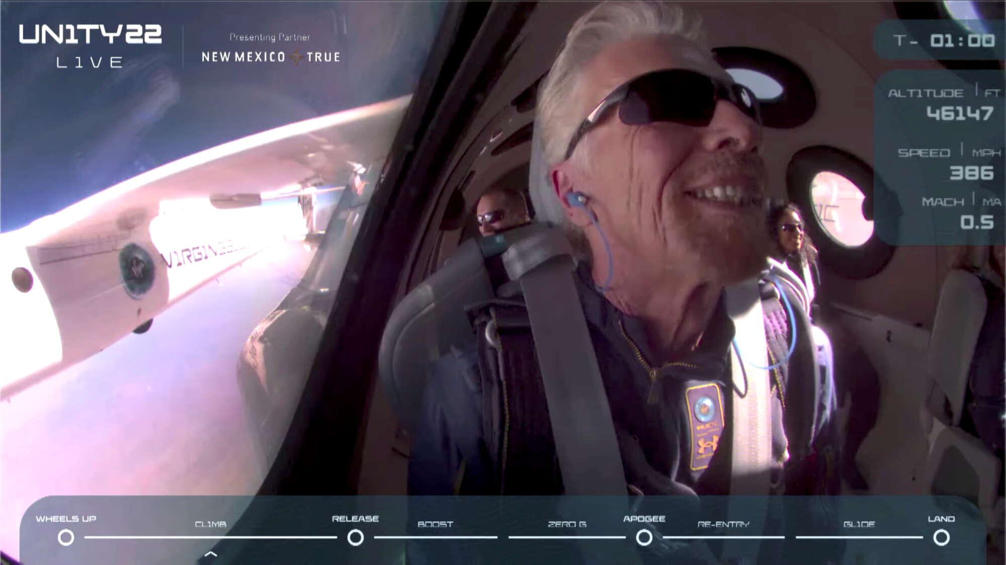 Ο Ρίτσαρντ Μπράνσον και οι συνεπιβάτες του πανευτυχείς ένα λεπτό πριν από το σημείο αποκόλλησης του διαστημοπλοίου από το μητρικό αεροσκάφος