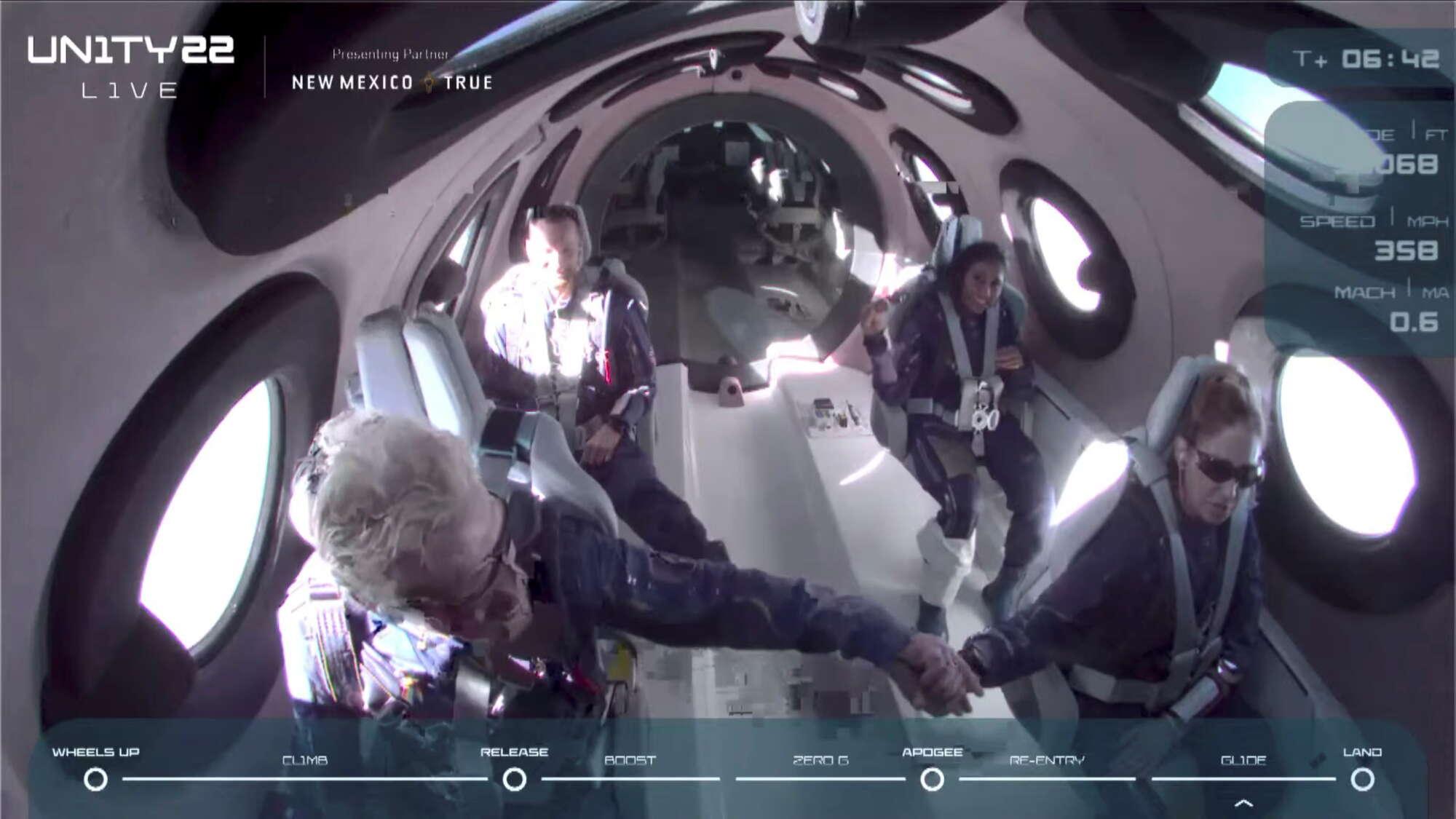 Χειραψίες και χαμόγελα στην καμπίνα των επιβατών οι οποίοι επισήμως είναι πλέον... αστροναύτες!