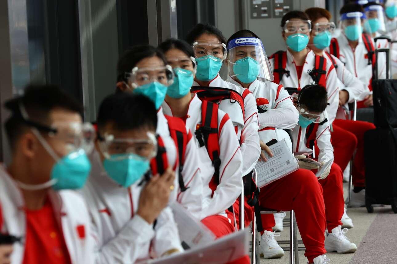 Οι κινέζοι αθλητές έφθασαν στο ιαπωνικό αεροδρόμιο Ναρίτα πανέτοιμοι για τους Ολυμπιακούς Αγώνες του Τόκιο, δηλαδή με την κατάλληλη υγειονομική εξάρτυση: όλοι τους φορούν ειδικές μάσκες και γυαλιά
