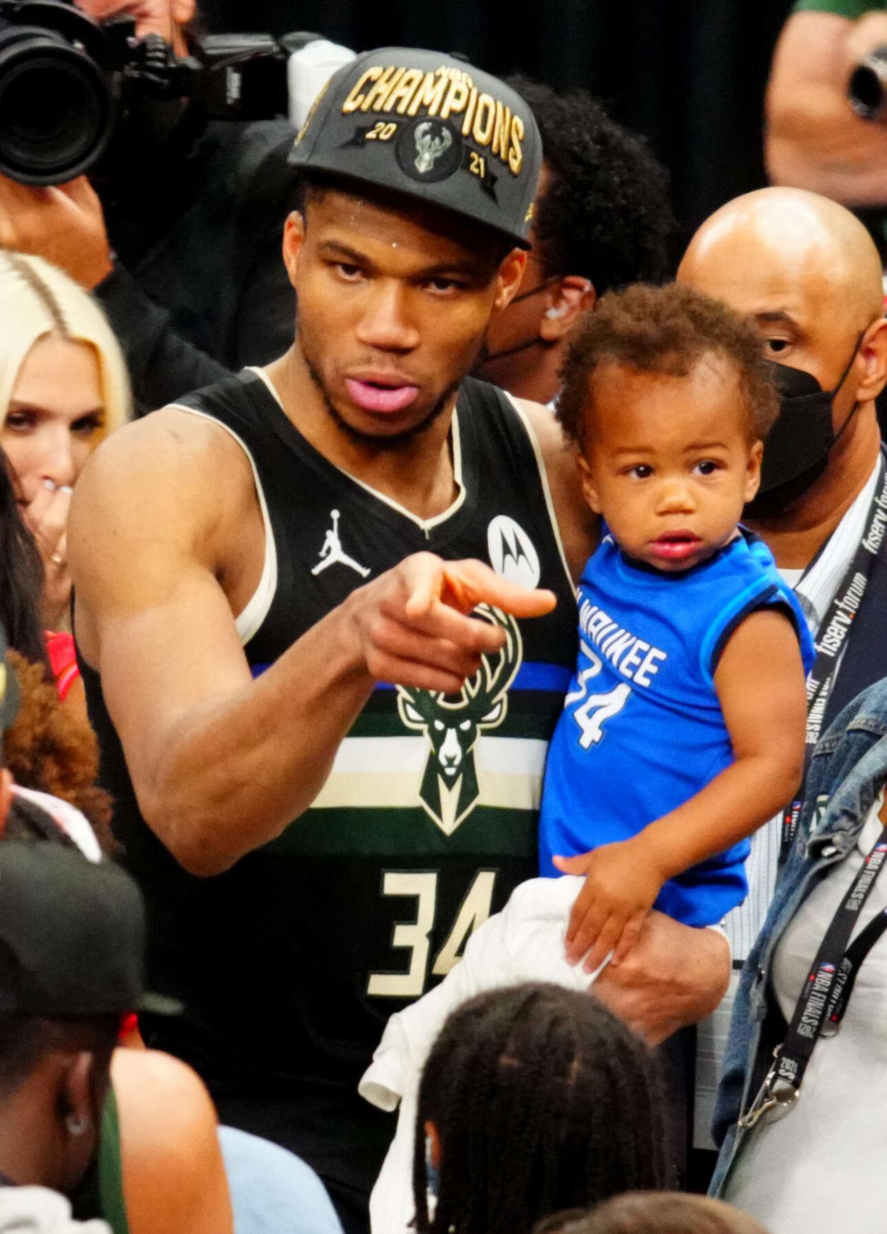 Αγκαλιά με τον γιο του σε ένα χαρακτηριστικό στιγμιότυπο μετά το ματς