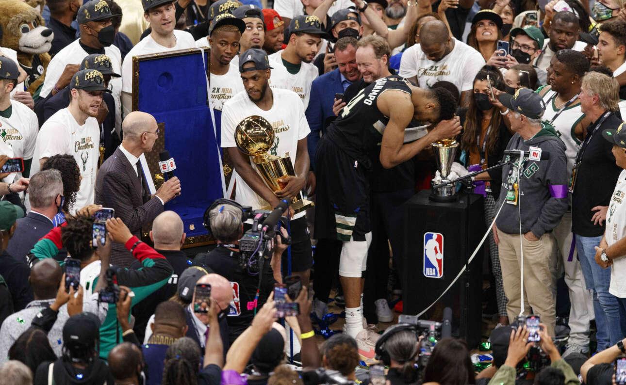 Ο Γιάννης με το τρόπαιο του MVP των τελικών