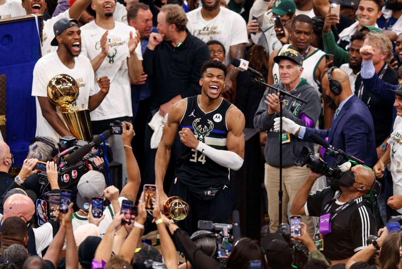 O Αντετοκούνμπο περικυκλώνεται από τα media, καθώς παραλαμβάνει τον τίτλο του MVP