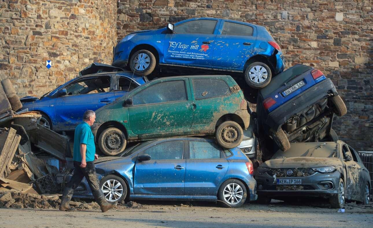 Τάχα ποια είναι ισχυρότερη, η γερμανική αυτοκινητοβιομηχανία ή η πλημμύρα; Δραματικό καρέ από το κρατίδιο Ρηνανίας-Παλατινάτου, τραβηγμένο έπειτα από τις τελευταίες καταστροφικές βροχοπτώσεις