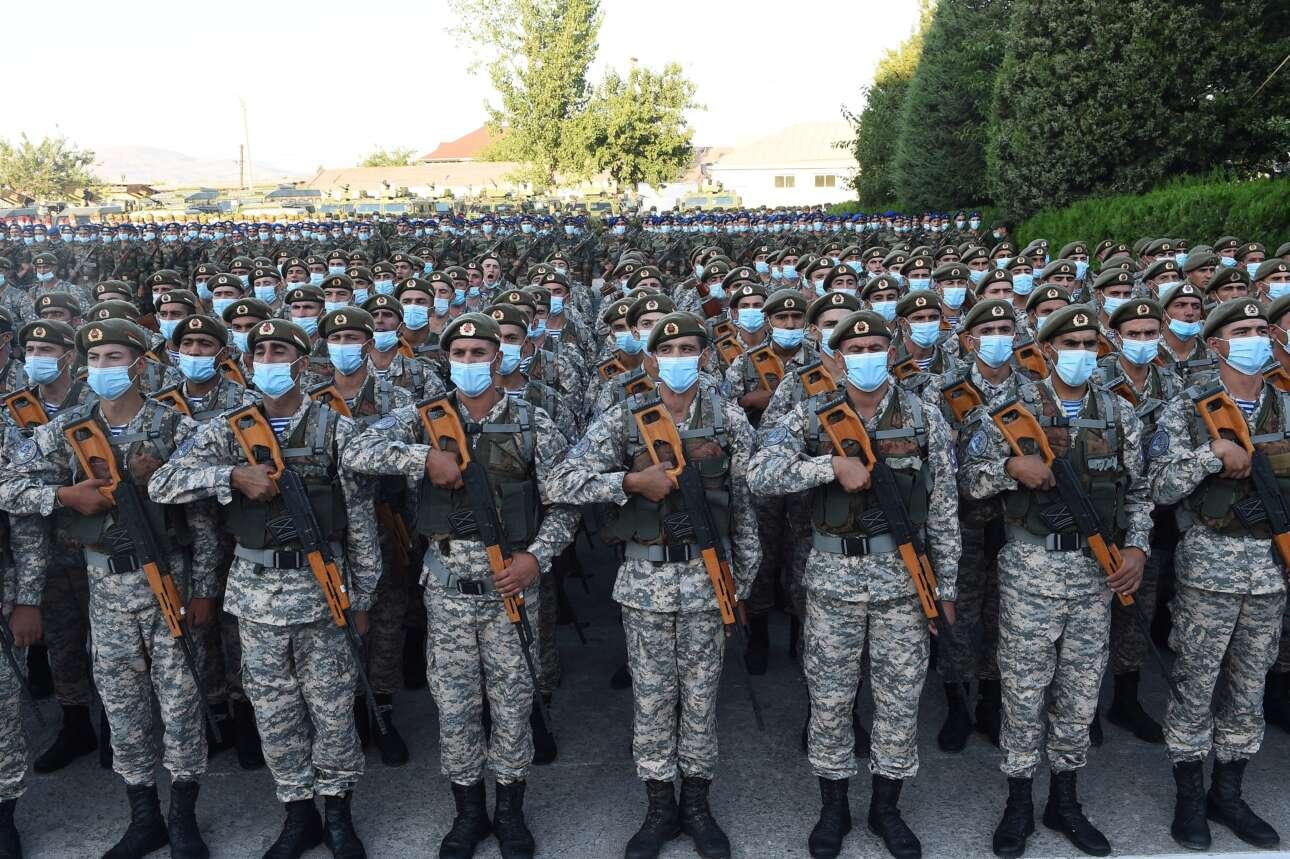 Καθώς η αποσταθεροποίηση στο Αφγανιστάν «τρέχει με χίλια» συγχρόνως με την προέλαση των Ταλιμπάν, οι γειτονικές χώρες προετοιμάζονται για κάθε ενδεχόμενο. Στο καρέ, στρατιώτες του Τατζικιστάν έπειτα από μεγάλη άσκηση