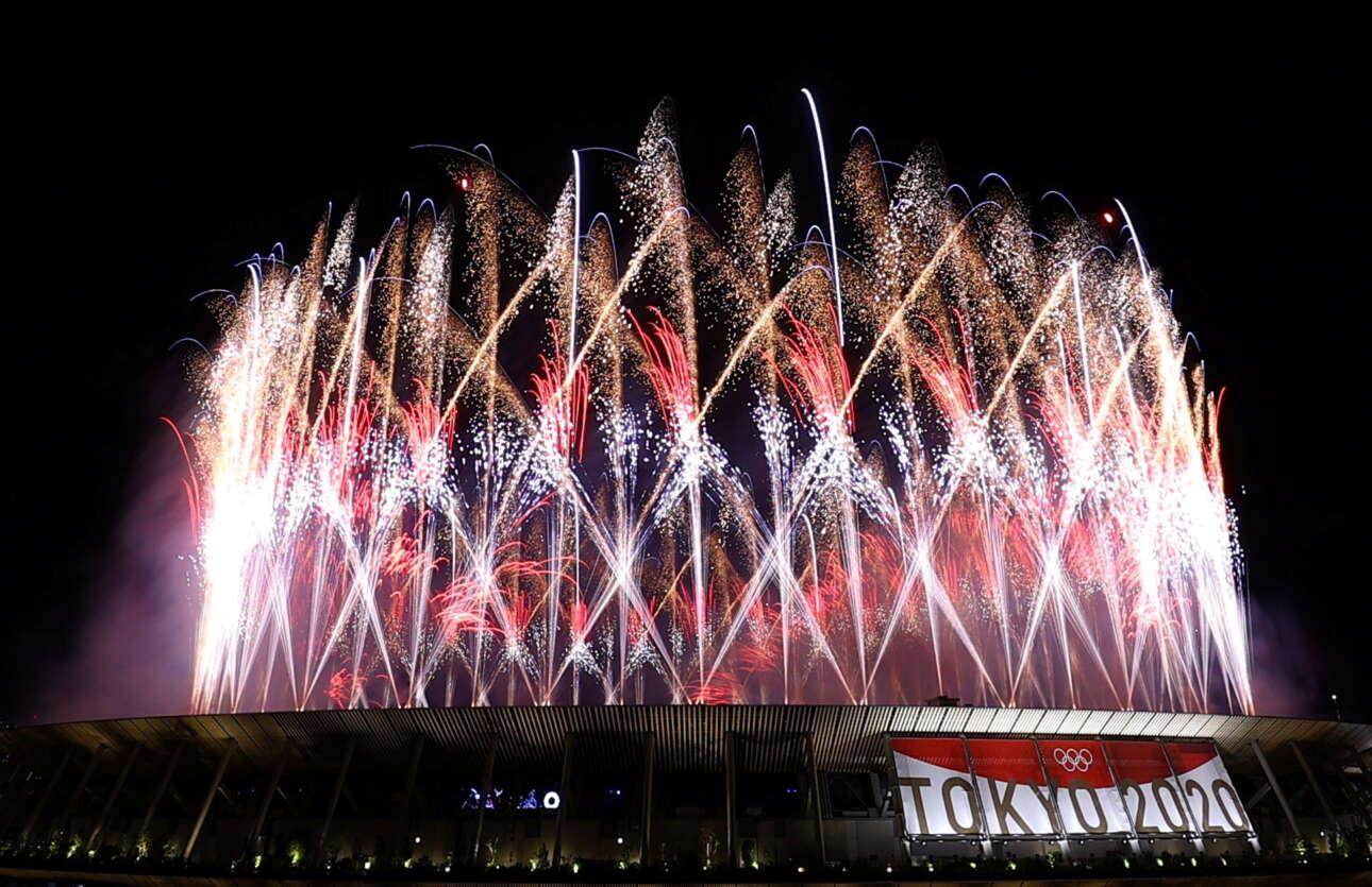 Τα πυροτεχνήματα γύρω από το Ολυμπιακό Στάδιο προσπάθησαν να δώσουν έναν εορταστικό τόνο