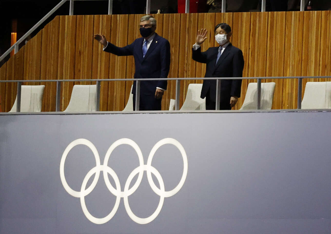 Ο πρόεδρος της ΔΟΕ Τόμας Μπαχ με τον αυτοκράτορα της Ιαπωνίας Ναρουχίτο χαιρετούν τις αποστολές