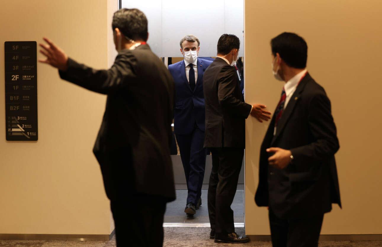 Ο Εμανουέλ Μακρόν καταφθάνει στην εξέδρα των επισήμων του Ολυμπιακού Σταδίου του Τόκιο