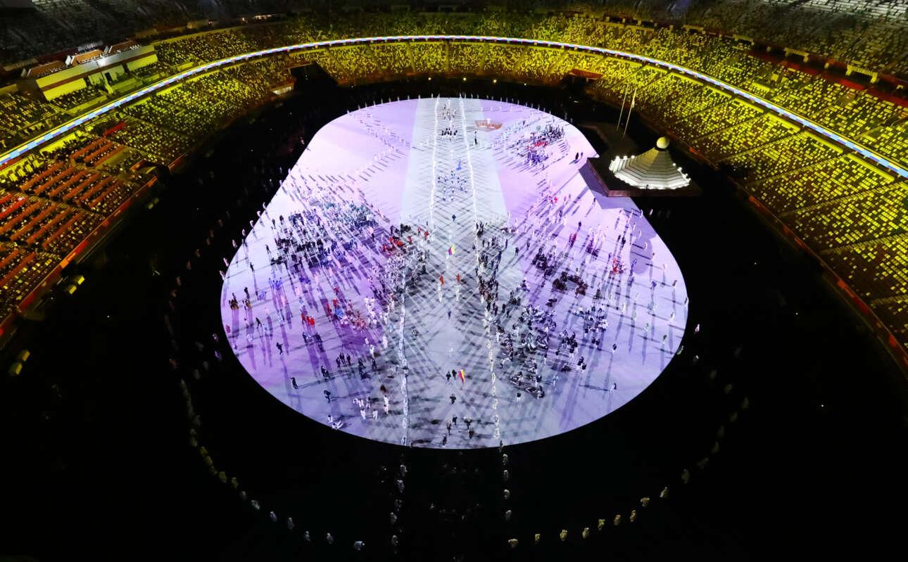 Πανοραμική άποψη του Ολυμπιακού Σταδίου. Οι κερκίδες μοιάζουν γεμάτες, αλλά απλώς, όπως μετέδωσε το CNN, είχαν μπει καλύμματα με διαφορετικά χρώματα για να δίνουν την ψευδαίσθηση των θεατών