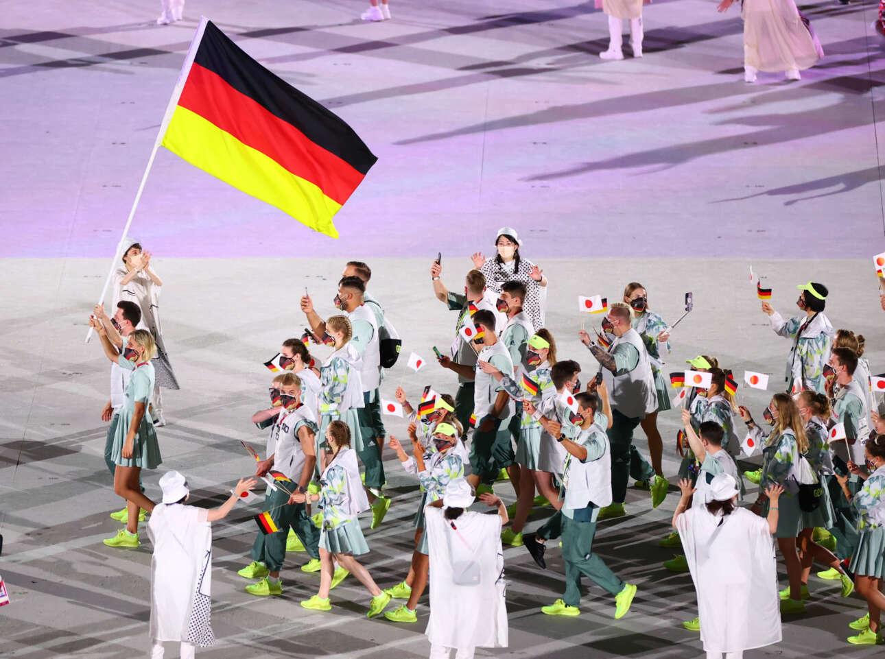 H γερμανική ομάδα με σημαιοφόρους τη Λάουρα Λούντβιχ, αθλήτρια του μπιτς βόλεϊ, και τον δύτη Πάτρικ Χάουσντινγκ