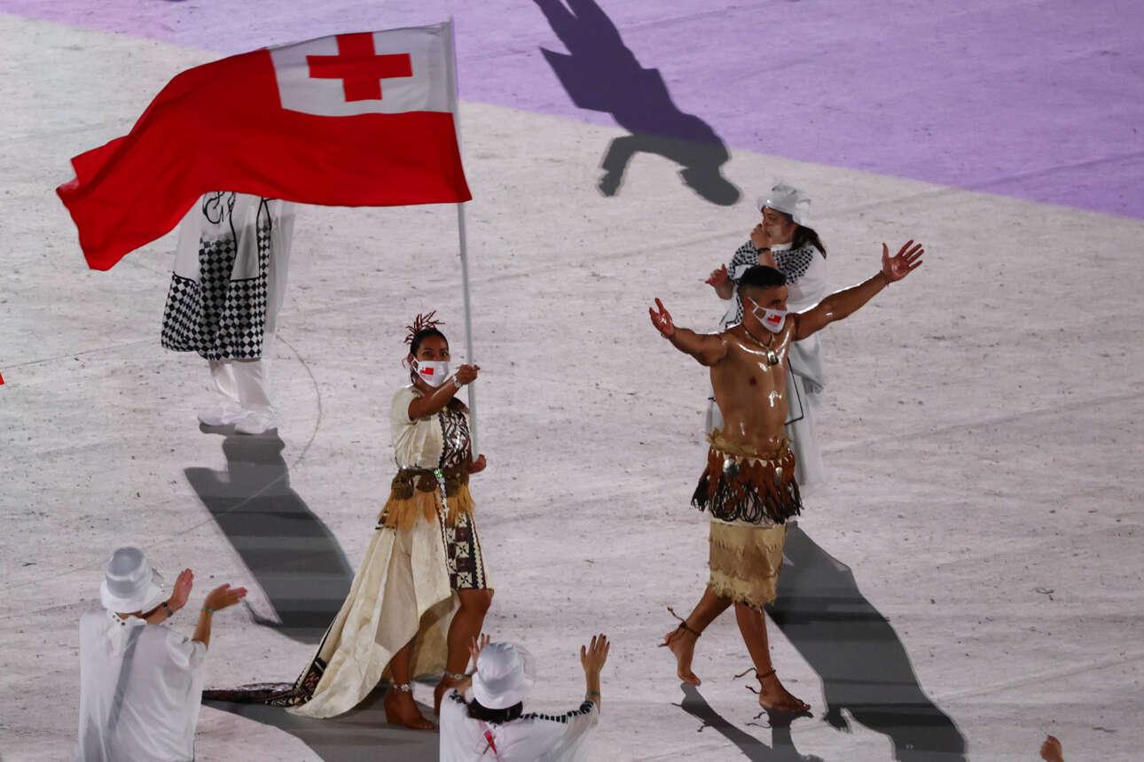 O Πίτα Ταουφατοφούα, αθλητής του τάε κβον ντο, σημαιοφόρος της Τόνγκα, εμφανίζεται ημίγυμνος και λαδωμένος και κλέβει την παράσταση