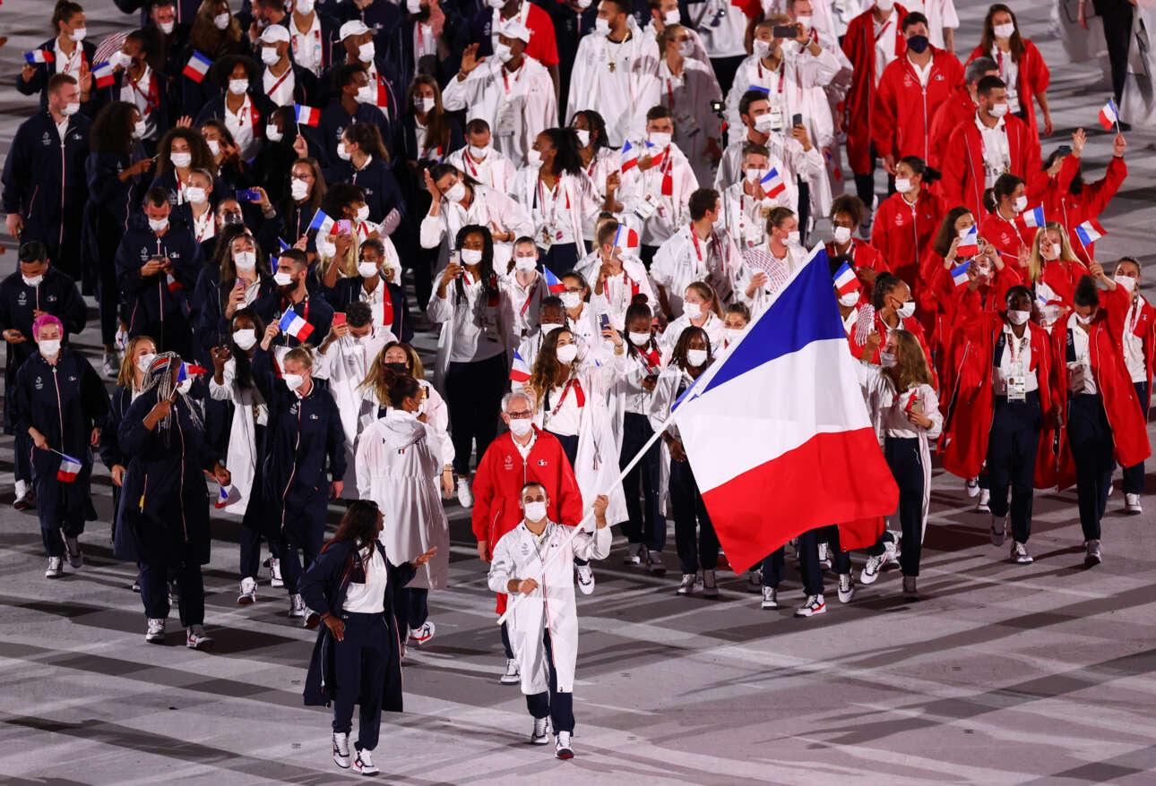 Η ομάδα της Γαλλίας με σημαιοφόρους τον και την αθλήτρια του τζούντο Κλαρίς Αγκμπενιενού και τον γυμναστή Σαμίρ Αΐτ Σαΐντ