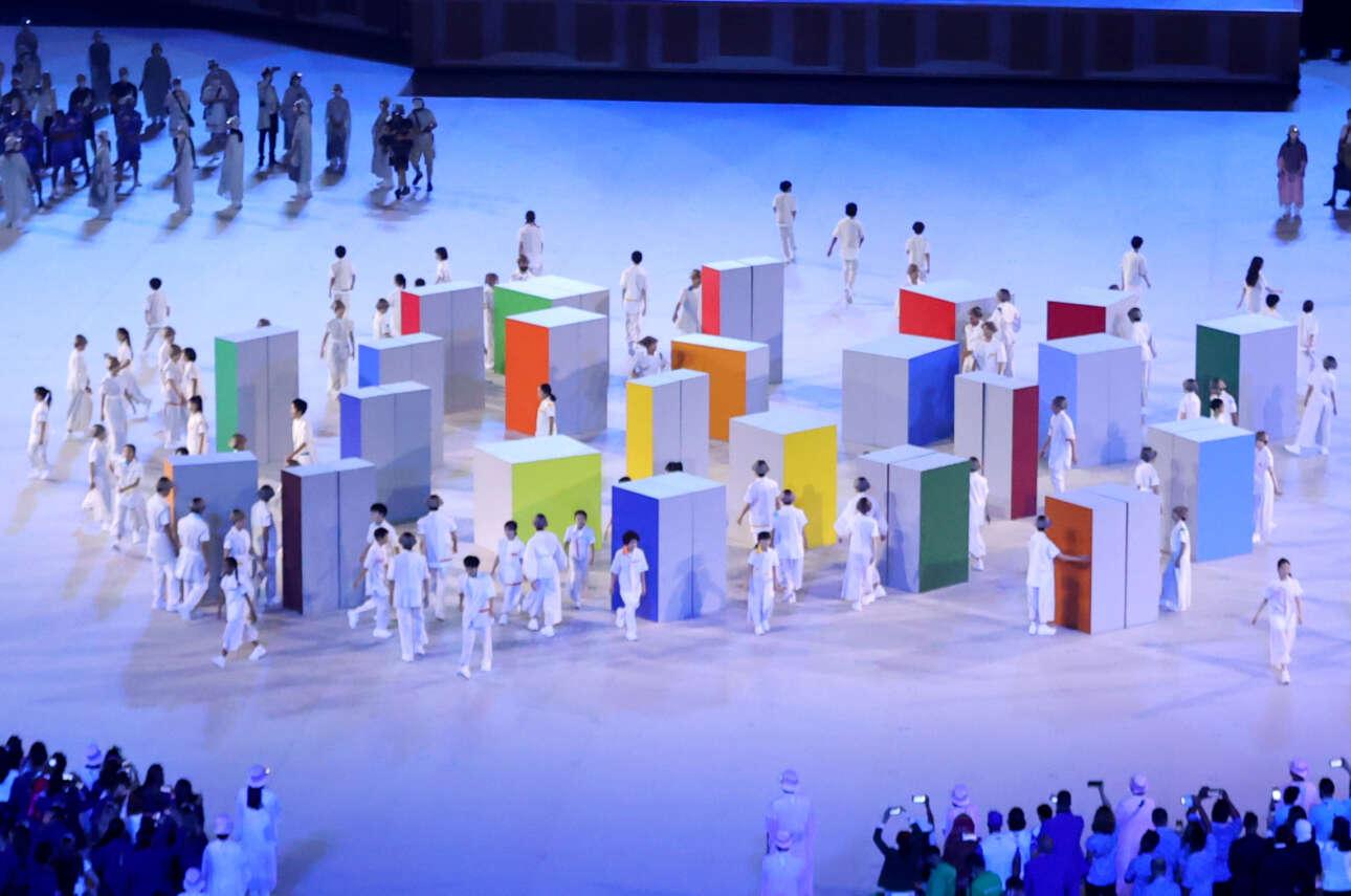 Το καλλιτεχνικό πρόγραμμα της τελετής συνεχίστηκε και μετά την είσοδο των αθλητών - έτσι υπήρχει πια κοινό