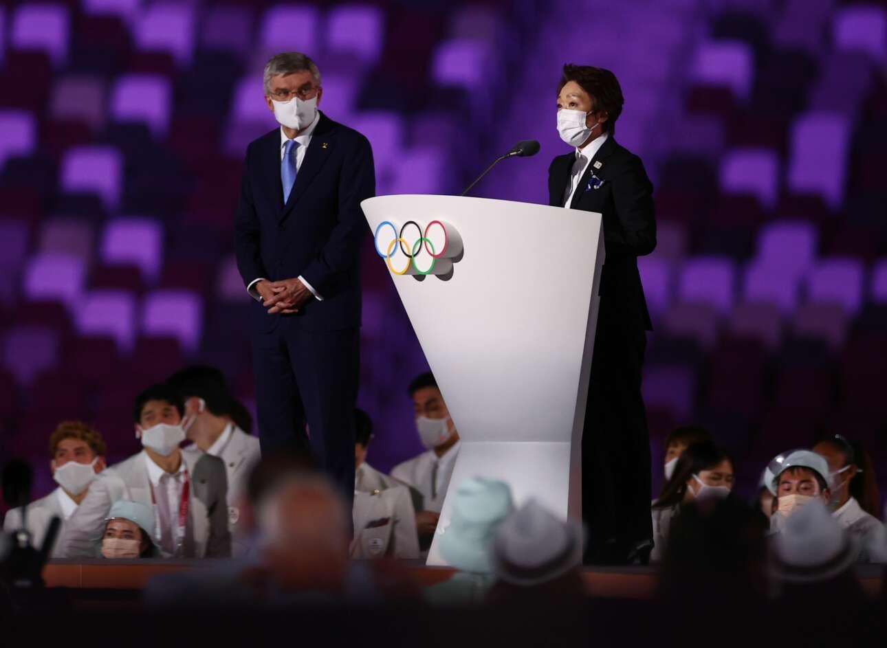 Υπό το βλέμμα του Τόμας Μπαχ, προέδρου της ΔΟΕ, η Σέικο Χασιμότο, πρόεδρος της Οργανωτικής Επιτροπής του Τόκιο 2020 μιλά για την περιπέτεια αυτής της διοργάνωσης