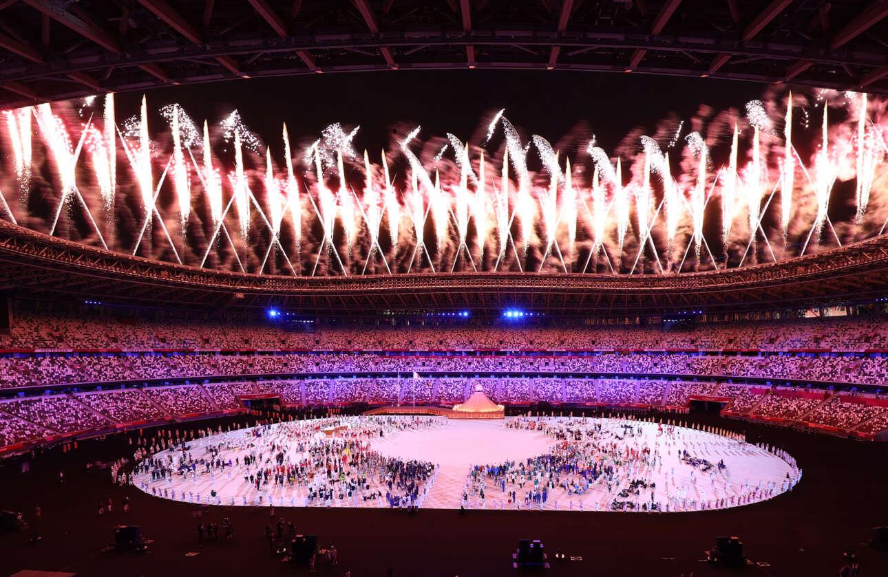 Πυροτεχνήματα συνόδευσαν την κήρυξη από τον αυτοκράτορα Ναρουχίτο της έναρξης των Ολυμπιακών Αγώνων του Τόκιο