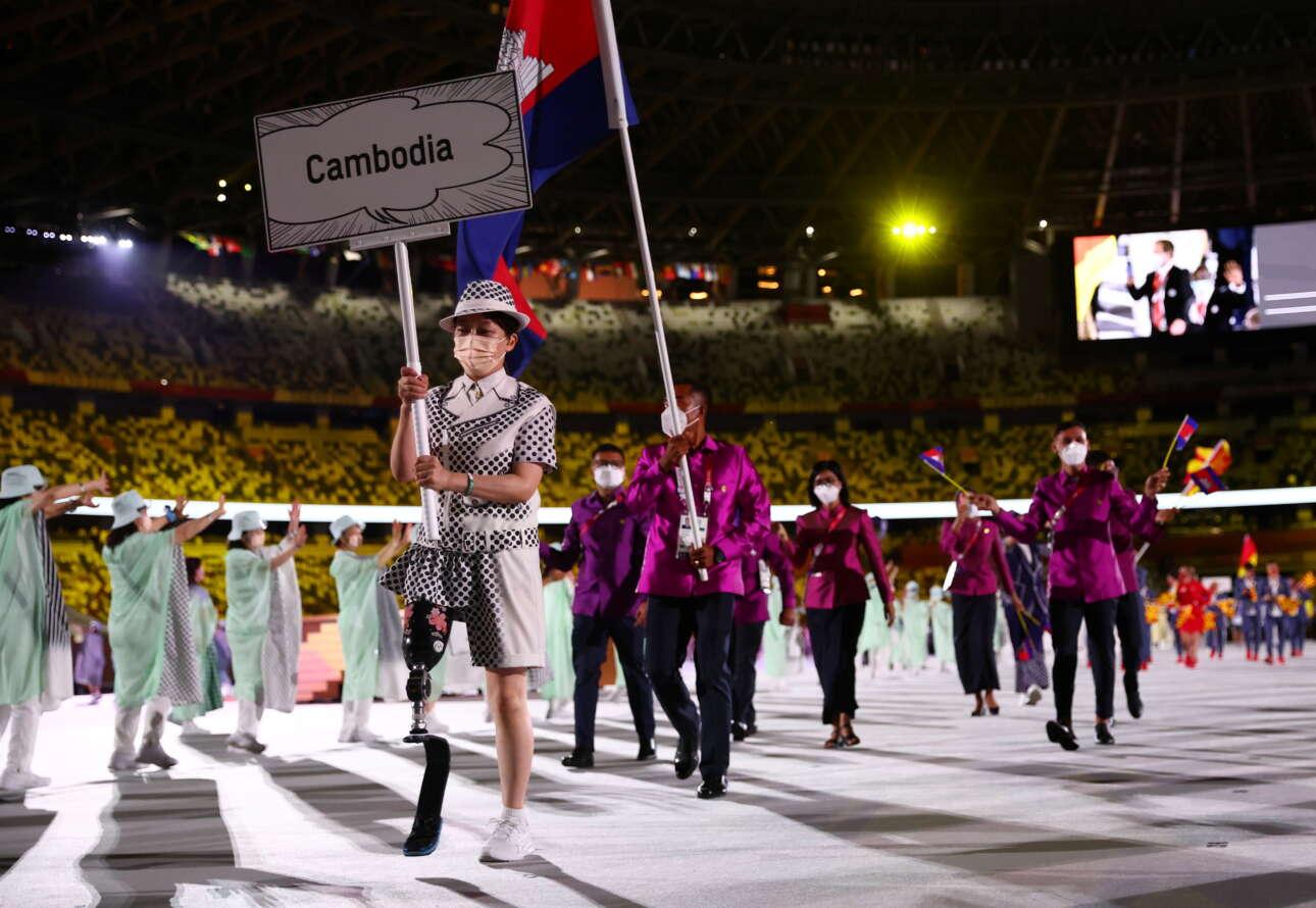 Στην ομάδα της Καμπότζης την πινακίδα μετέφερε μια ανάπηρη κοπέλα με προσθετικό πόδι. Ηταν μια τελετή-ύμνος στον άνθρωπο και όχι στον υπεράνθρωπο