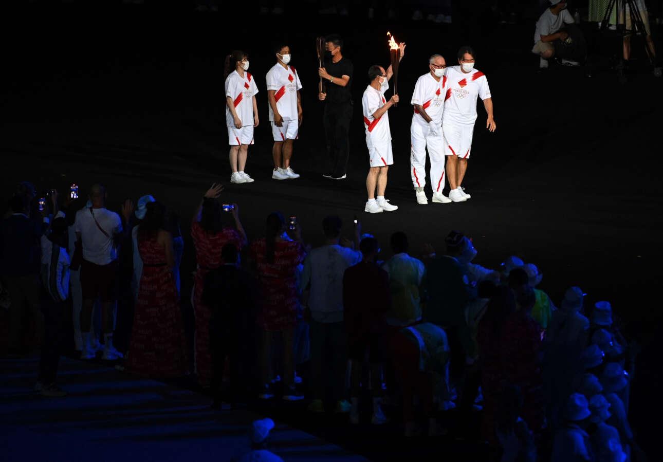Η ολυμπιακή φλόγα μεταφέρθηκε από παιδιά και ηλικιωμένους
