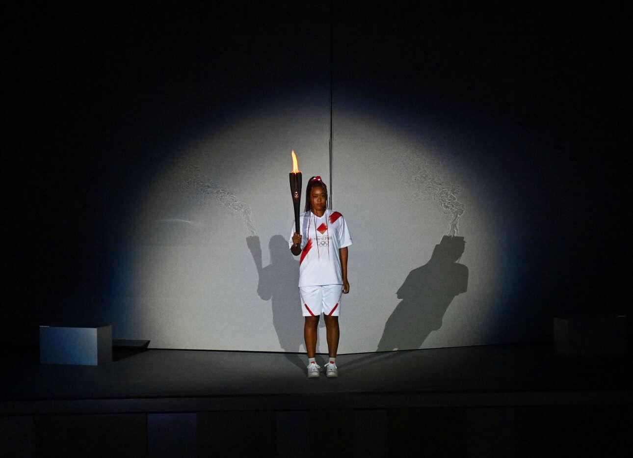 Η Ναόμι Οσάκα, η τενίστρια που τόσα υπέφερε και έφτασε να αποκλειστεί από το Ρολάν Γκαρός, επελέγη για να είναι η τελευταία λαμπαδηδρόμος και να ανάψει τον βωμό στο Ολυμπιακό Στάδιο