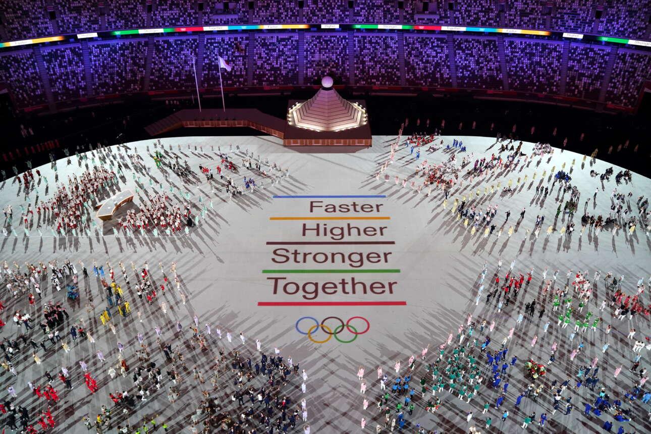Ενας άλλος σημαντικός συμβολισμός. Στο τελειομανές μότο των Ολυμπιακών Αγώνων «Πιο γρήγορα, πιο ψηλά, πιο δυνατά» προστέθηκε το «Μαζί»