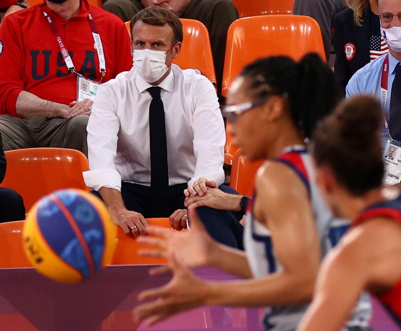 Σάββατο, 24 Ιουλίου, Τόκιο. Ο Εμανουέλ Μακρόν παρακολουθεί τον αγώνα Γαλλία - ΗΠΑ στο μπάσκετ 3 επί 3 γυναικών στους Ολυμπιακούς Αγώνες. Τελικά οι Γαλλίδες έχασαν