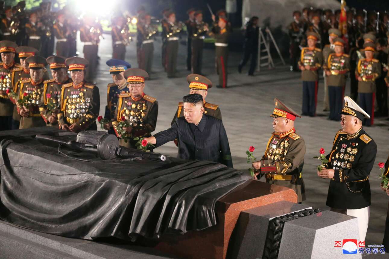 Πιονγκγιάνγκ, Βόρεια Κορέα. Ο εκ κληρονομίας ηγέτης Κιμ παίζει με τα μολυβένια στρατιωτάκια του και με τα τριαντάφυλλα στο στρατιωτικό νεκροταφείο του Πολέμου της Κορέας. Ας ελπίσουμε ότι καταλαβαίνει
