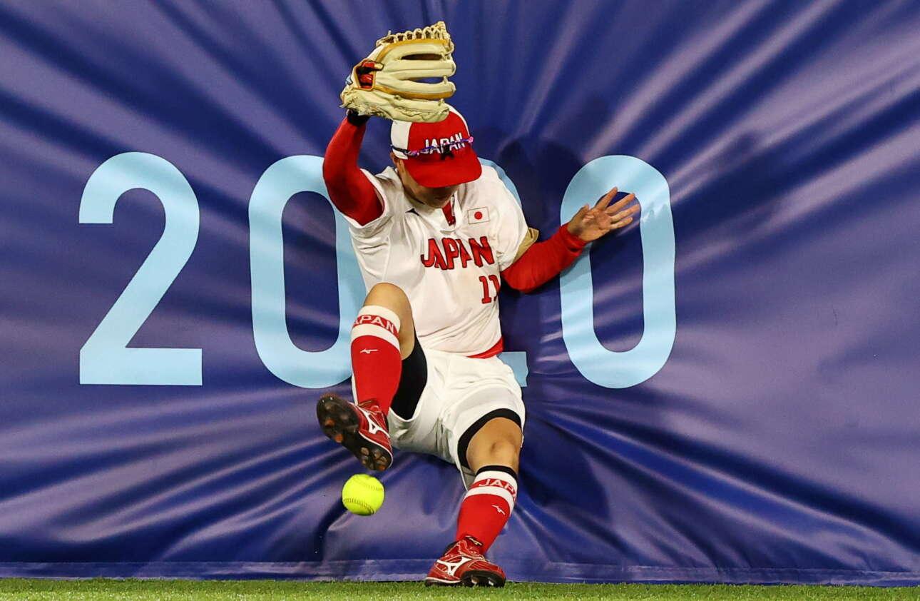 Γιοκοχάμα. Το σόφτμπολ είναι η λάιτ έκδοση του μπέιζμπολ. Από αυτό το ολυμπιακό αγώνισμα λοιπόν είναι το καρέ μας, που δείχνει το μπαλάκι να έχει… εκτροχιάσει τον ιάπωνα αθλητή