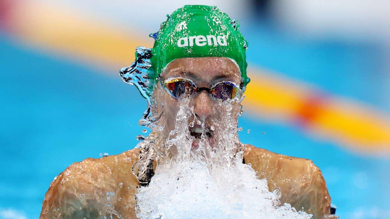 Καρέ από τους  Ολυμπιακούς του Τόκιο: εικονίζεται η νοτιοαφρικανή κολυμβήτρια Σενμέϊκερ εν δράσει στο αγώνισμά της