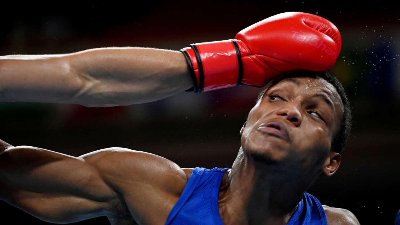 Ο Εουρί Σεντένο Μαρτίνεζ της Δομινικανής Δημοκρατίας σε δράση με τον Ντάνιελ Βερόν Φρανσίσκο της Αργεντινής στους Ολυμπιακούς του Τόκιο