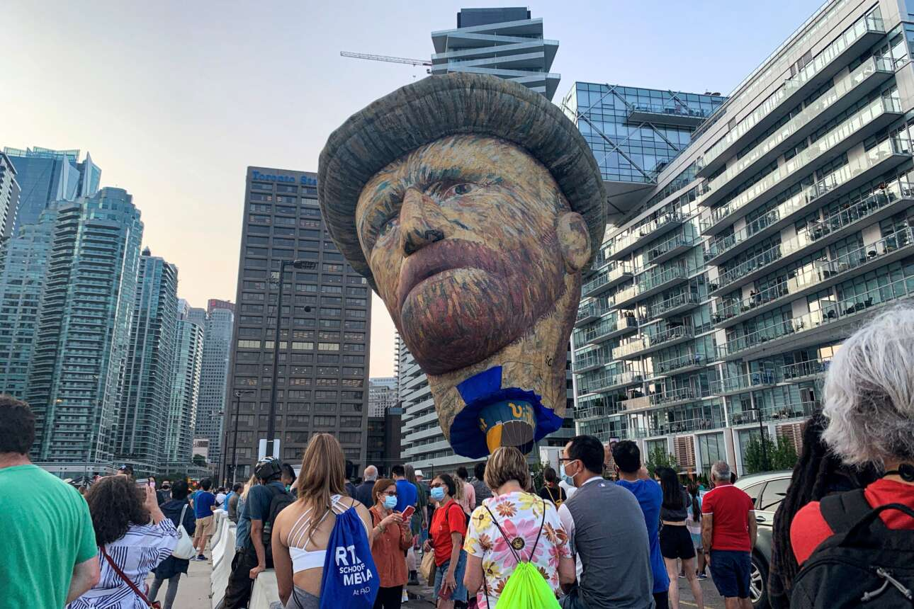 Τορόντο. Οι φιλότεχνοι που προσέρχονται στην έκθεση έργων του Βαν Γκογκ αντικρίζουν αυτό το μπαλόνι ύψους 28 μέτρων με τη μορφή του μετρ