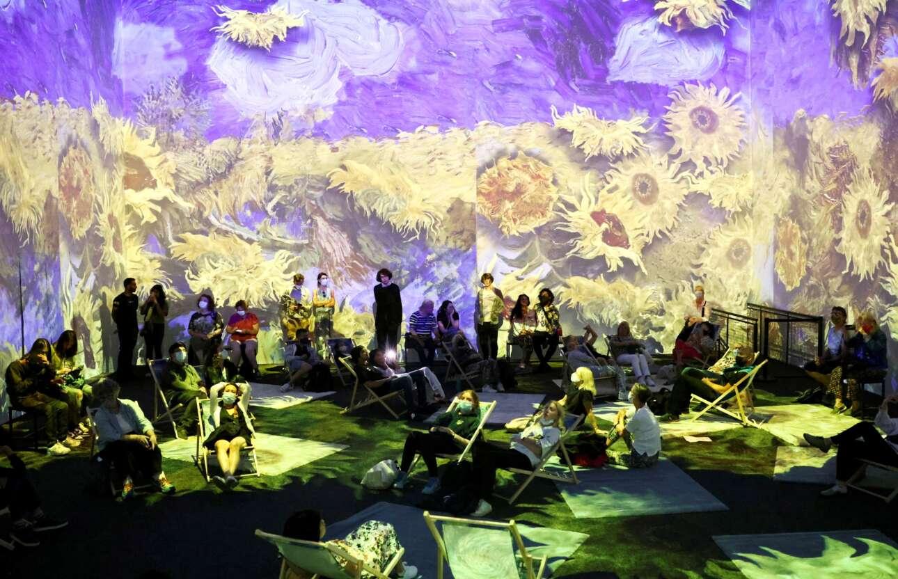 Λονδίνο. Τα ηλιοτρόπια του Βαν Γκογκ πλημμυρίζουν τον χώρο κινούμενα πέριξ των θεατών, στους τοίχους της αίθουσας, δημιουργώντας μαγευτικό θέαμα
