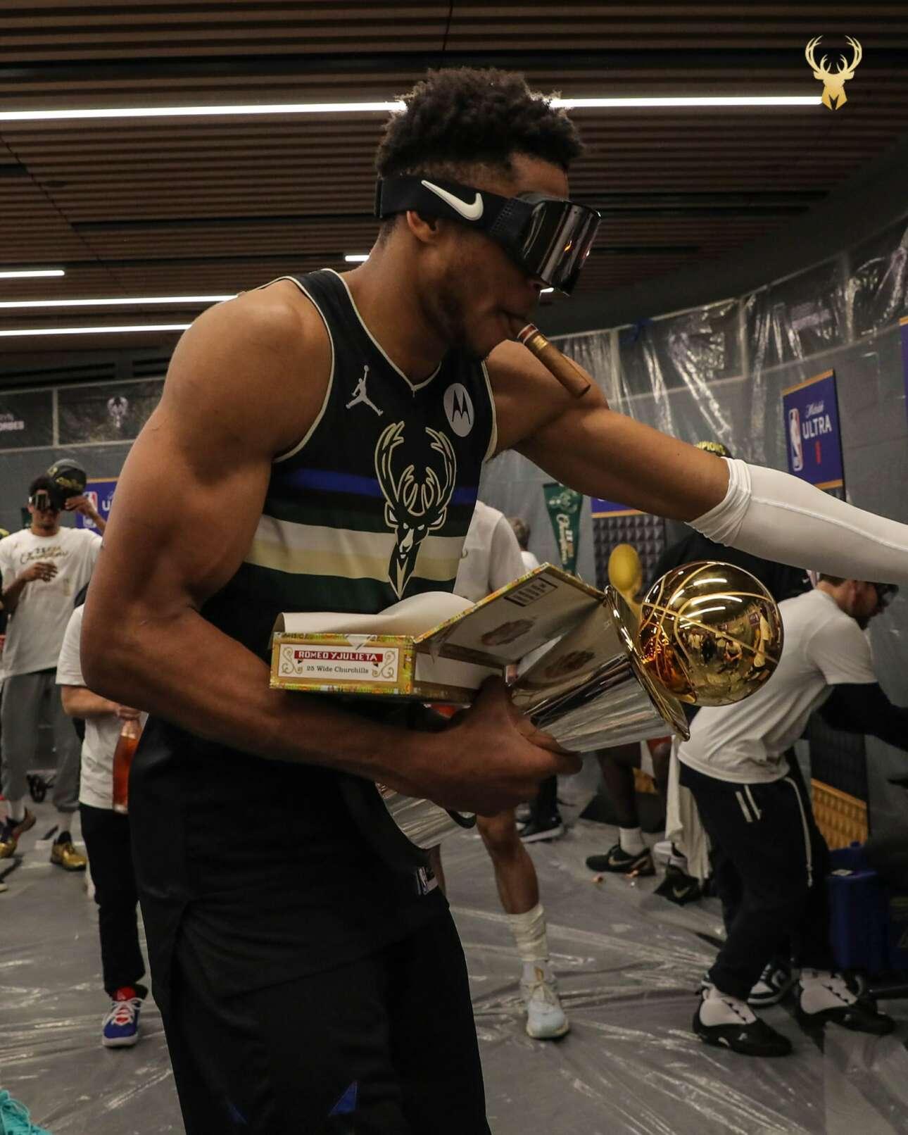 Με το τρόπαιο του MVP και ένα κουβανέζικο πούρο Romeo y Julieta, ο Αντετοκούνμπο το γλεντάει μετά τον τελικό