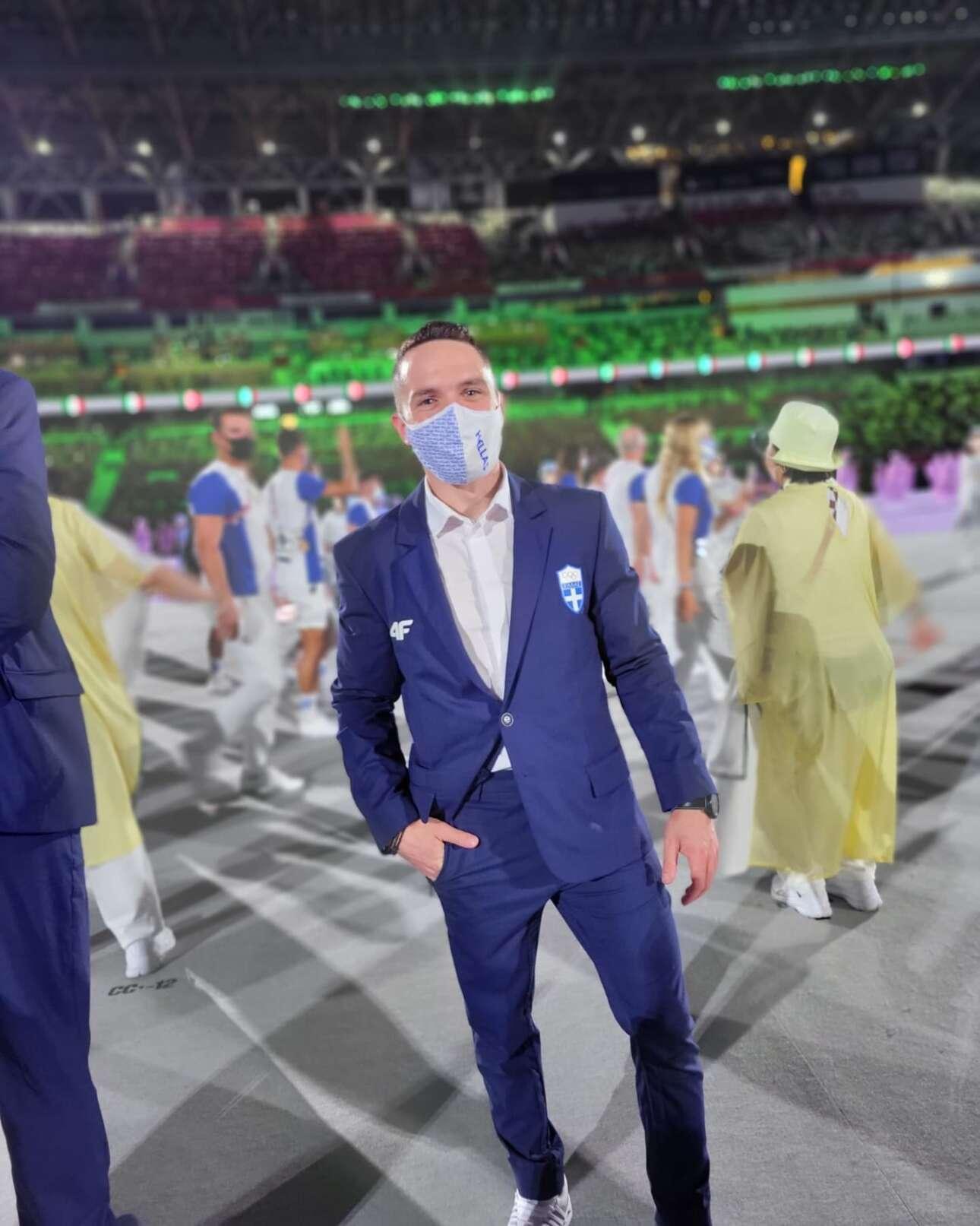 Ο Λευτέρης Πετρούνιας ποζάρει στον φακό ενός συναθλητή του κατά τη διάρκεια της τελετής