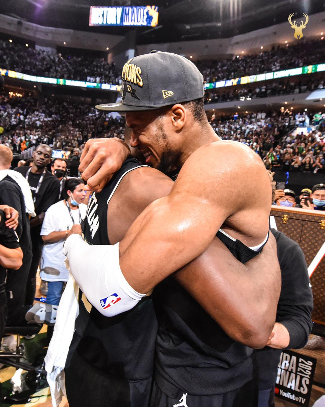 Αγκαλιάζοντας τον Κρις Μίντλετον, τον άλλο σπουδαίο παίκτη των Μπακς