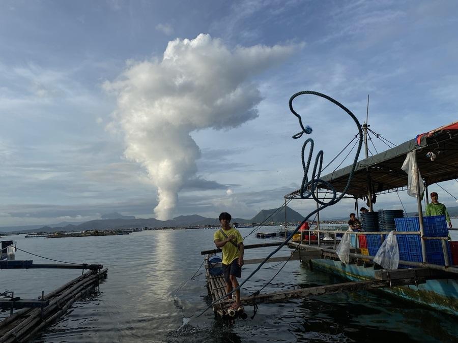Το φιλιππινέζικο ηφαίστειο Τάαλ (γνωστό και από τα σταυρόλεξα) καπνίζει. Το σύννεφο διοξειδίου του θείου ψιθύρισε στους ανθρώπους ότι το ηφαίστειο θέλει να εκραγεί, και έτσι άρχισαν τα ψαροχώρια να εκκενώνονται