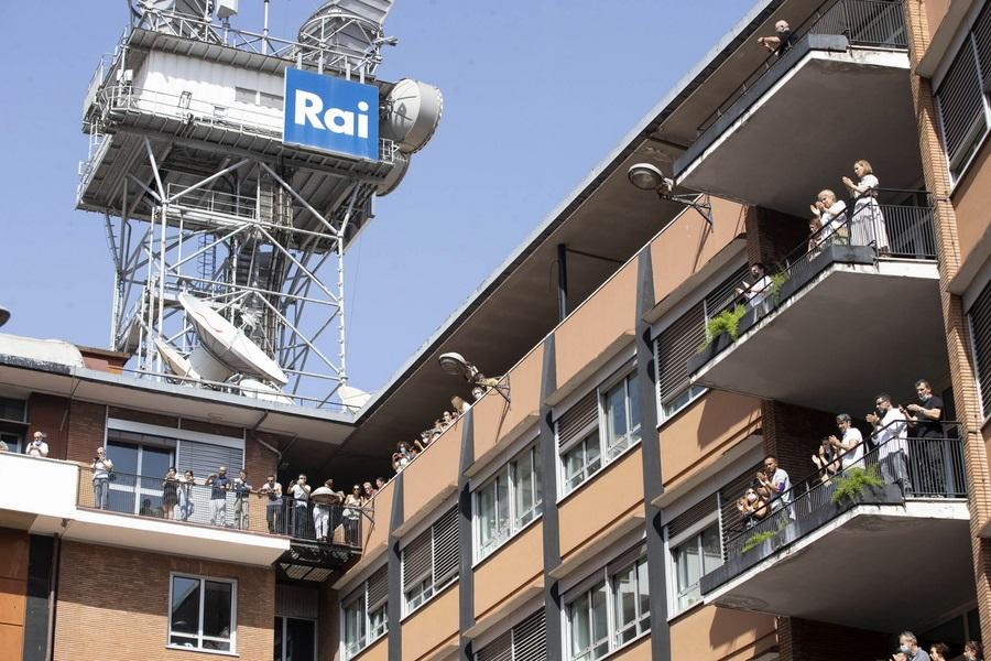 Ρώμη. Το στερνό χειροκρότημα στη Ραφαέλα Καρά έδωσαν οι εργαζόμενοι στην RAI, την ιταλική δημόσια τηλεόραση βγαίνοντας στα μπαλκόνια του μεγάρου της την ώρα που η νεκροφόρα διέσχιζε τον δρόμο
