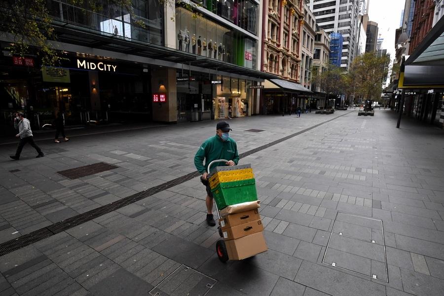 Πού είναι αυτή η ερημιά; Στο downtown του Σίδνεϊ, όπου ελήφθησαν νέα περιοριστικά μέτρα εξαιτίας της πανδημίας. Οι διανομείς έχουν δουλειά, αφού η λειτουργία του λιανεμπορίου ανεστάλη και οι παραγγελίες πέφτουν βροχή
