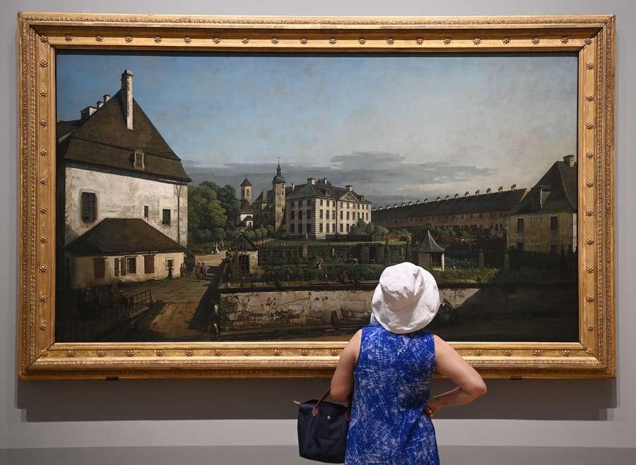 Φίλη των εικαστικών θαυμάζει έναν πίνακα του Μπερνάρντο Μπελότο, φημισμένου τοπιογράφου. Eκθεση με έργα του maestro φιλοξενείται στην Εθνική Πικανοθήκη του Λονδίνου και θα διαρκέσει μέχρι τον Νοέμβριο