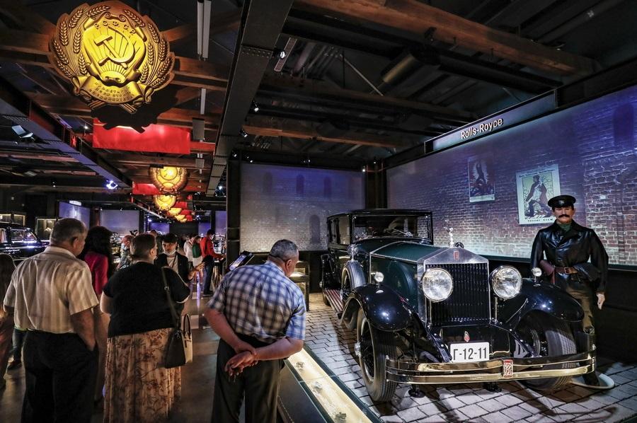 Το γκαράζ του Κρεμλίνου γιορτάζει τα 100ά γενέθλιά του με ειδική έκθεση ιστορικών οχημάτων: εδώ βλέπετε το αυτοκίνητο του Βλαντίμιρ Ιλιτς Ουλιάνοφ ή Λένιν, του ιδρυτή του σοβιετικού κράτους. Rolls Royce μεν, αλλά την σκέπει το σφυροδρέπανο